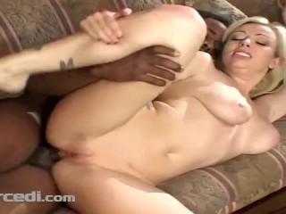Adrianna Nicole ha la figa della fica arata dall'uomo nero
