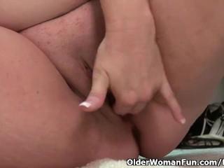 Buttet mor Kimmie Kaboom i nylon fingre hendes skede