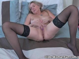 La belle-mère canadienne Velvet Skye donne à son vagin une séance d'entraînement avec les doigts