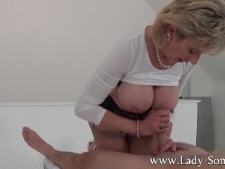 La mamma Sonia si fa una sega sexy al banco massaggi