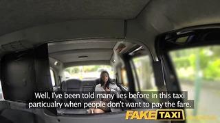 FakeTaxi nøgen kvinde i taxa i London sluger chauffører spunk