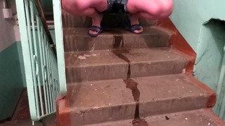 계단 입구에서 반바지에 오줌을 싸다.