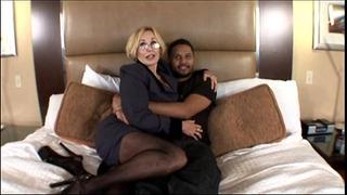 Sexy Milf S velkými prsy získávání černého ptáka v sexy manželce porno videa