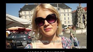 Exhibitionniste blonde tchèque fait rebondir son cul idéal sur une grosse bite