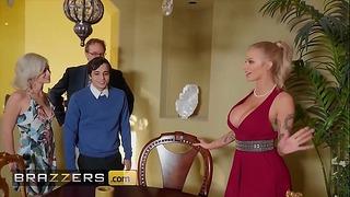 Dögös szőke (joslyn James) csatlakozik szexi hármasba (kiara Cole) -