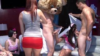 춤추는 곰 – cfnm 파티에서 망할 빠는 느슨한 도덕을 가진 음탕 한 숙녀!
