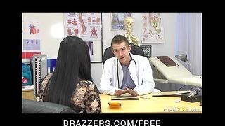 Seksowna krągła pacjentka Anastasia Brill jest zerżnięta analnie przez swojego lekarza