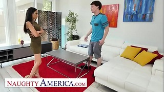 Naughty America - Divorziato di recente Milf, Tia Cyrus, si collega con l'amico del figlio quando si ferma dalla sua famiglia