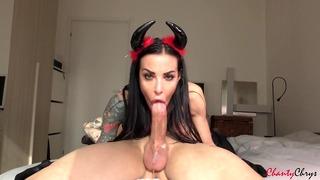 Sexy Demon Deep Throat une grosse bite, draine les testicules et les hirondelles!