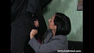 Brunette salope Milf Secrétaire se mouille