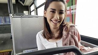 Thickumz - Szexi Vlogger Babe nyilvánosan megmutatja a nagy csizmát