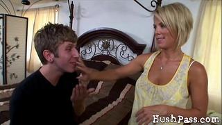 Kiedy jej mąż był nieobecny, dupek Kayli oszukuje!